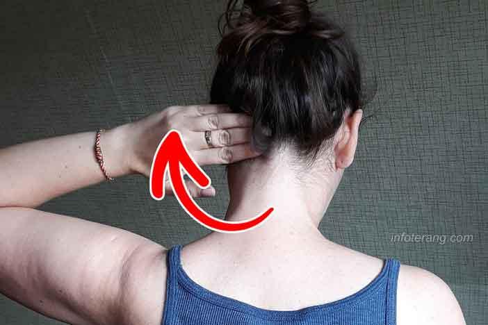 Pijat otot bagian belakang leher