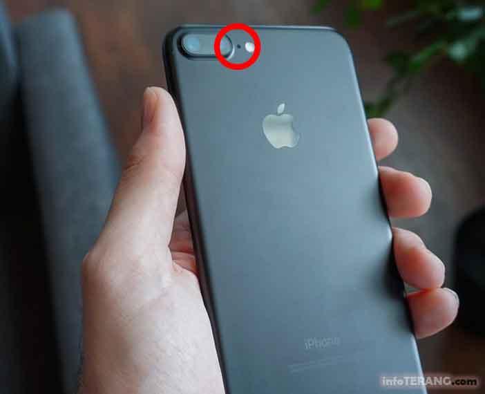 Fungsi lubang kecil di sebelah kamera pada iPhone