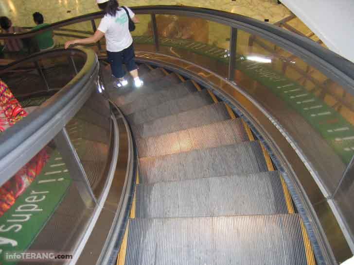 Fungsi sikat dan tanda garis kuning di sisi eskalator