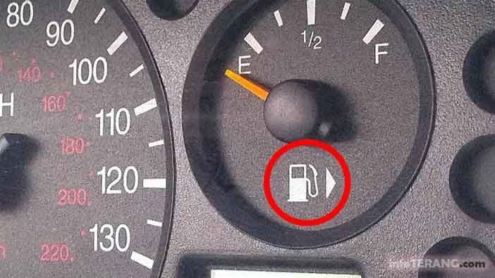Fungsi tanda panah di meter pengukur bahan bakar dashboard