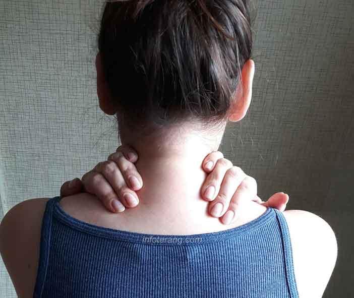 Pijat otot samping leher